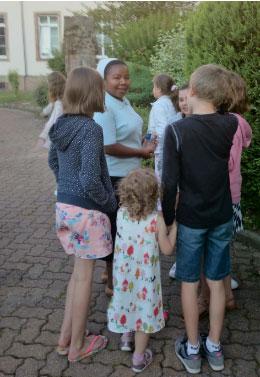 Accueil des groupes notamment des enfants par une Soeur